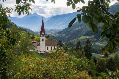 Dorfkirche in den Alpen