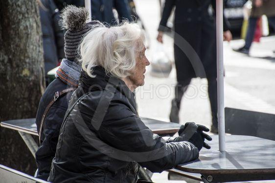 två äldre kvinnor sitter på en bänk