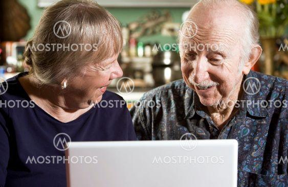 Ældre par med en bærbar Computer