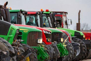 Traktortåg traktorparad traktor lantbruk fordon - Silvertid