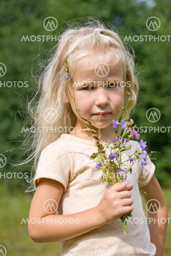 Villi kukka blondi tyttö