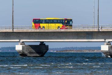 Buss på väg till Öland på Ölandsbron