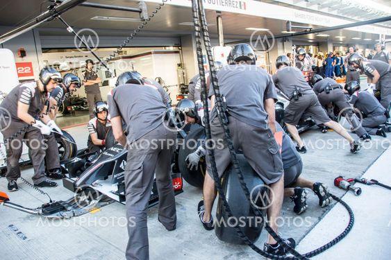 Sauber F1 Team. Mechanics. Testing of replacement wheels.