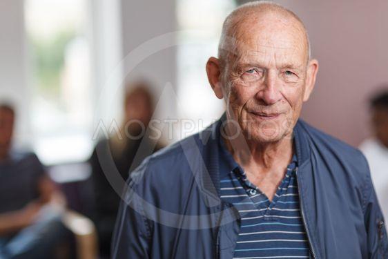 Porträtt äldre man i väntrum