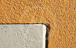 Betongvägg i två färger.