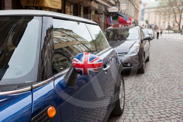 En Mini Cooper med engelska flaggan på backspegeln,...