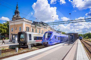 Öresundståg och pågatåg på stationen i Kristianstad en...