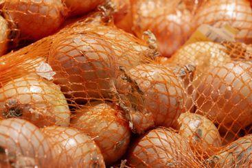 Gul lök exponeras i matvarubutiken - Silvertid