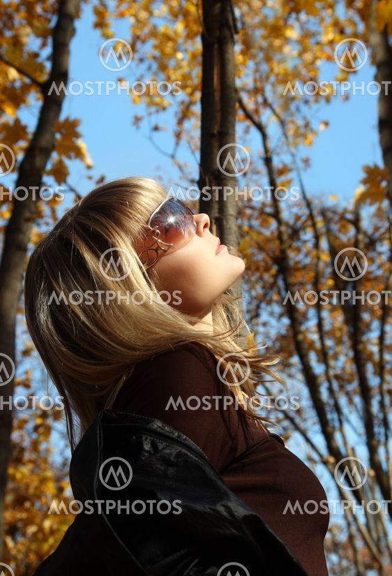 kaunis tyttö syksyn taustalla