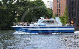 Polisbåt på floden Spree i Berlin