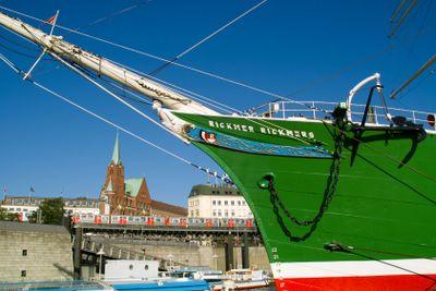 Forward part of the sailing ship