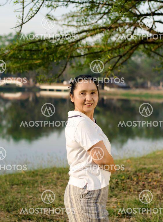 Onnellinen Aasian nainen poseeraa