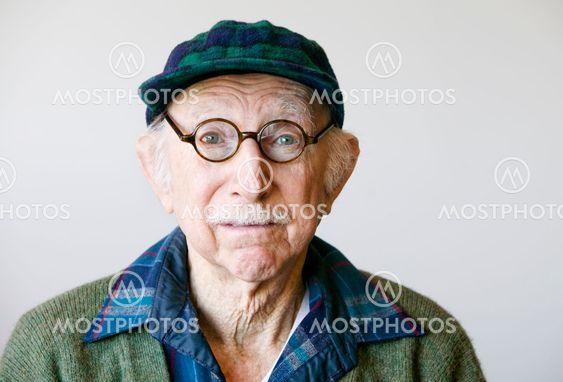 Äldre Man i glasögon och en tröja