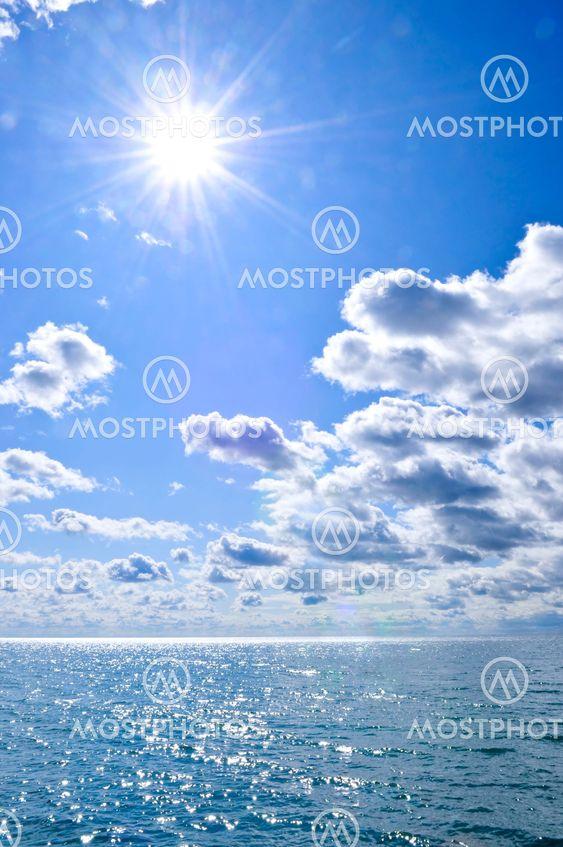 Blå vatten och soliga himlen bakgrund
