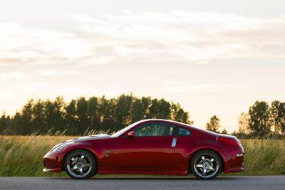 Röd Nissan 350z i solnedgång