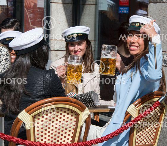 Studenter firar dagens mösspåtagningen på...
