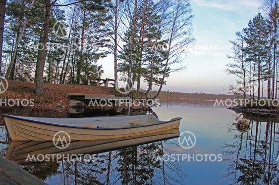 Båt vid spegelblank sjö