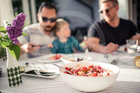 Dukat bord med två män och en pojke