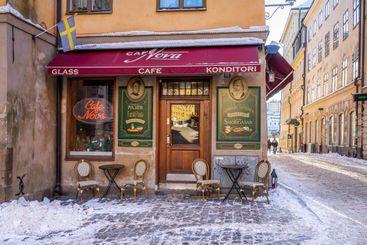 Litet café på vinter gata i Gamla Stan Stockholm.