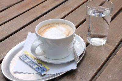 Milchkaffe und Glas Wasser