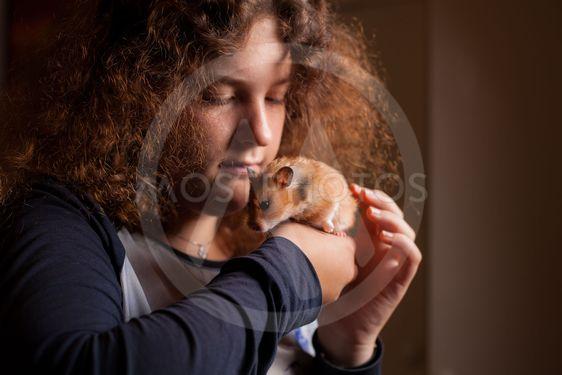 Flicka med hamster