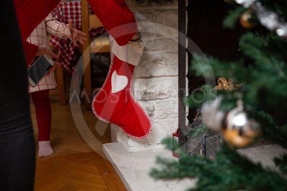Flicka letar paket i julstrumpan