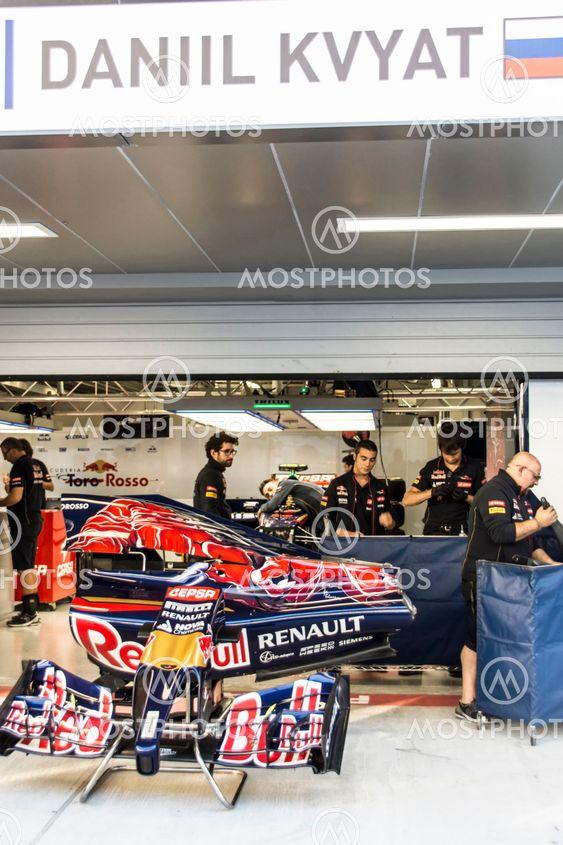 Scuderia Toro Rosso. Mechanics. Boxing Daniel Kvyat.