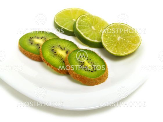Skivad lime och kiwi på plattan