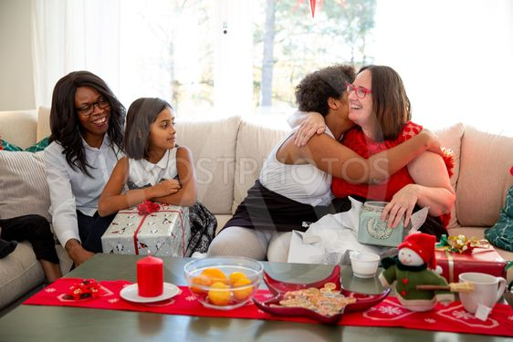 Familjen delar ut paket