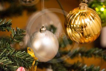 Julstämning med dekorerad julgran
