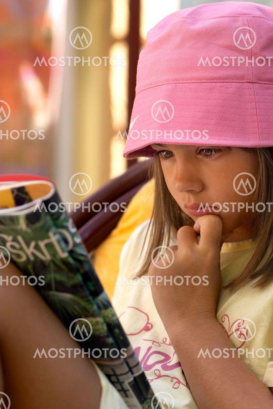 Flicka läser tidning
