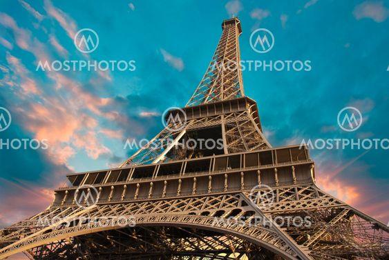 Eiffel Tower vastaan Pilvinen taivas auringonlaskun aikaan
