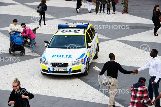 En polisbil parkerad på Sergels torg (plattan) - nr2