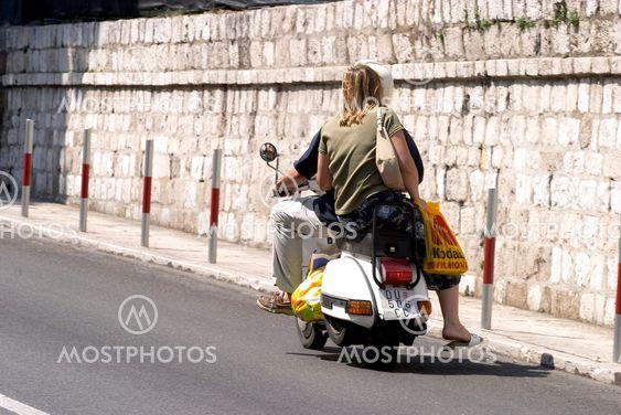 Par på vespa i Dubrovnik