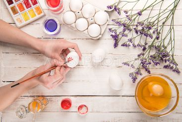 hands coloring egg