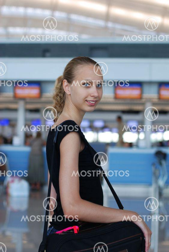 Flicka i flygplats
