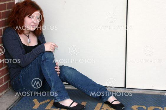 Satunnainen Teen istuu 2