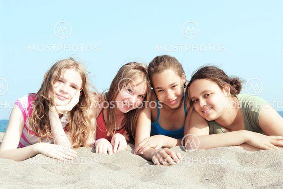 Fyra tjejer på en strand
