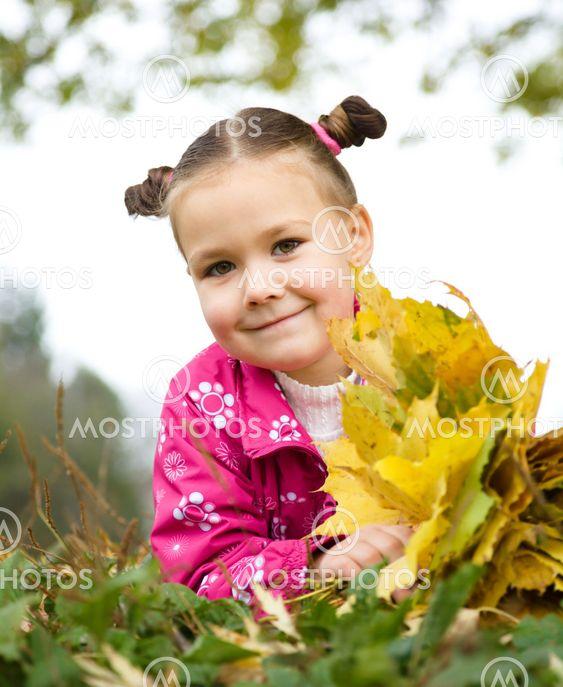 Muotokuva pikkutyttö syksyn Park