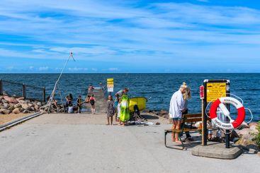 Människor som bada i havet i Visby Gotland.