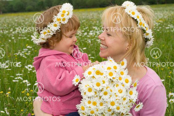 Plocka blommor med mamma