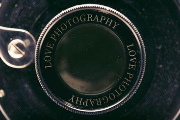una vieja cámara de fotos con el amor del texto...