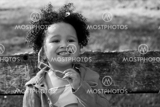 Unge sort pige med briller smilende