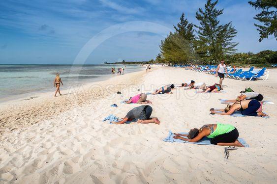 Yoga på stranden i Bahamas