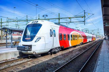 Tåg från Östgötatrafiken (Östgötapendeln) på stationen i...