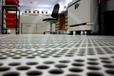 Ventilated floor with apertures in a clean room