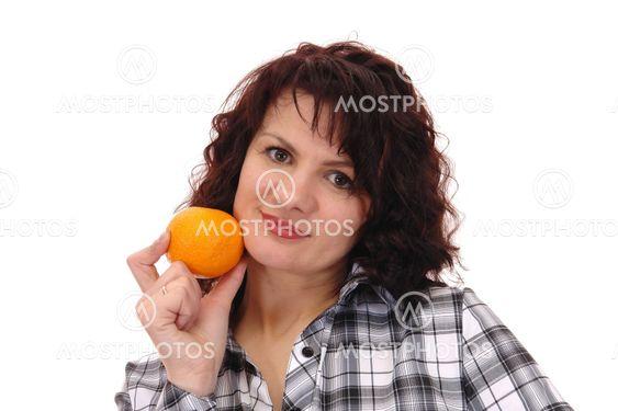 nainen ja oranssi