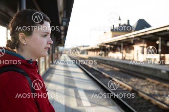 tjej väntar på tåg