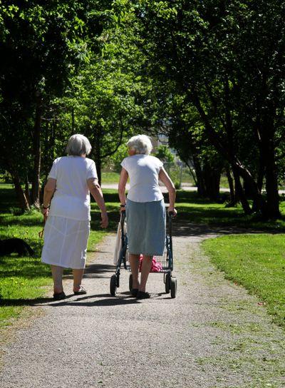 Äldre damer på promenad