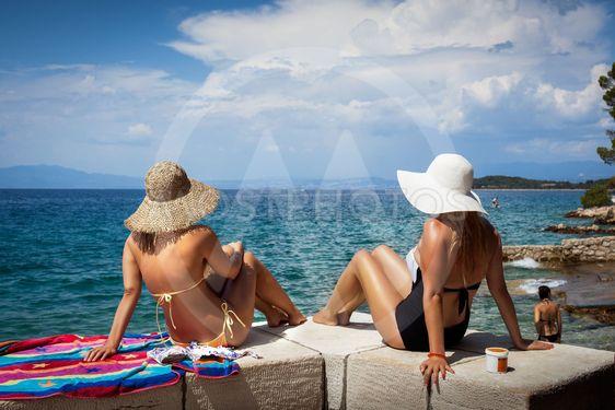 Vackra kvinnor på stranden i Kroatien